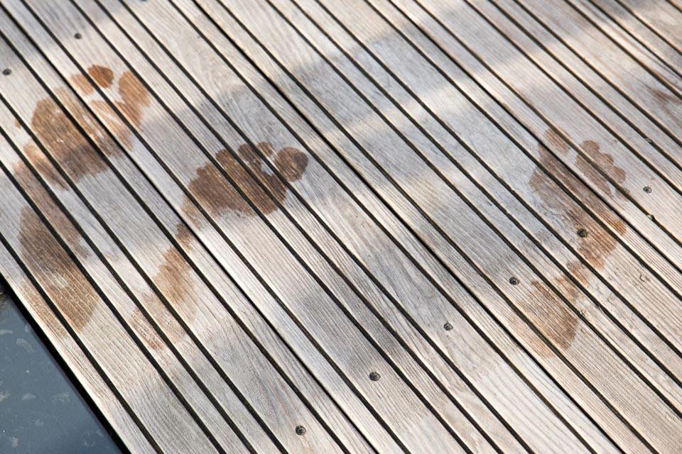 Fusspuren auf der Kneippinsel am Hopfensee